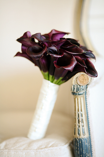 What a regal bouquetlove the eggplant callas they have the purple
